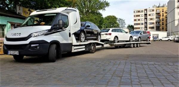 samochody w transporcie na lawecie